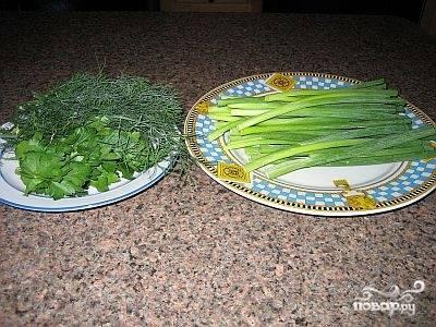 Моем зеленый лук и зелень укропа и петрушки.