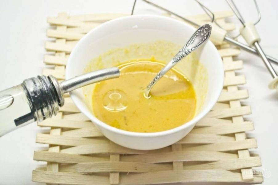 Потом понемногу добавляйте масло, постоянно мешая смесь ложкой.