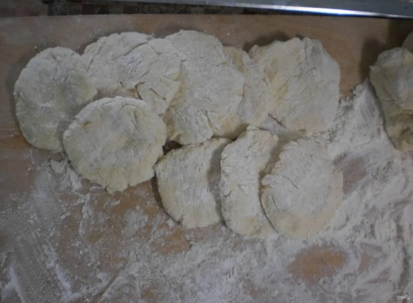 1.Маргарин заранее достаю из холодильника, размягчаю его, разрезаю на кусочки и перекладываю в миску, добавляю сметану (20% жирности), яйцо и перемешиваю, порционно ввожу муку и замешиваю тесто, сразу разделяю его на кусочки, оставляю их на 40 минут.
