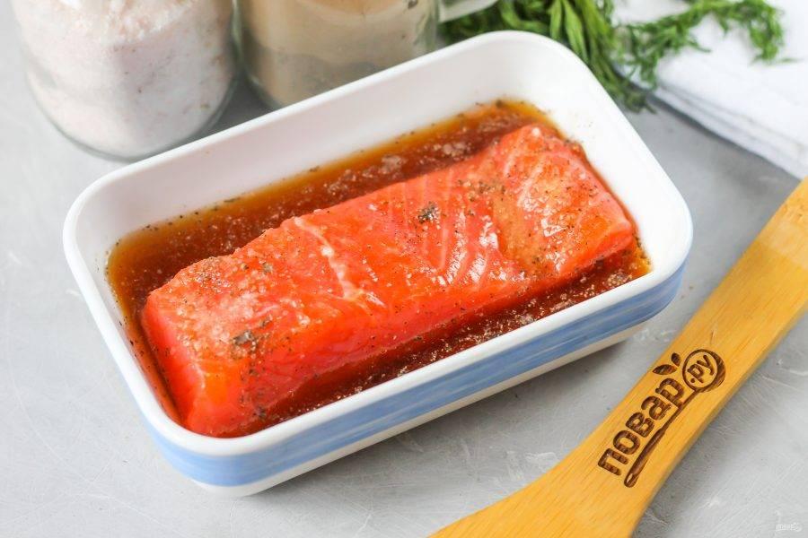 Полейте рыбу коньяком или бренди, накройте емкость пищевой пленкой и поместите в холодильник на 2-3 суток, переворачивая каждый день по два раза для равномерной засолки. После этого вы увидите, что рыбная мякоть отдаст лишнюю жидкость, слейте ее из емкости и отрежьте кусочек мякоти, пробуя его на вкус.