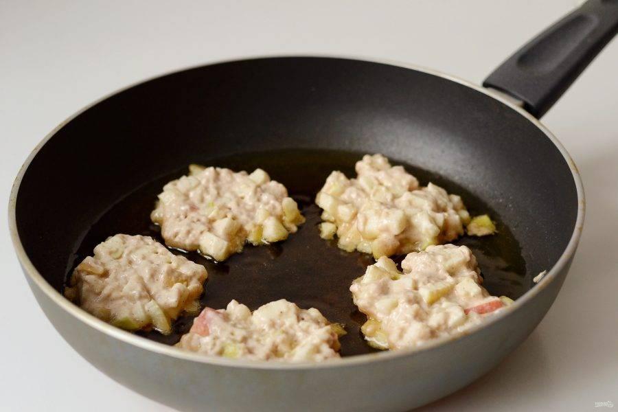 Разогрейте сковороду с маслом на среднем огне. Выложите по 1 ст.л. ложки теста, чуть придавив сверху. Обжаривайте по 1-2 минуты с каждой стороны. Затем выложите фриттеры на бумажное полотенце, чтобы впиталось лишнее масло.