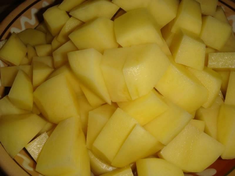 Картофель режем кубиками. Когда мясо готово - добавляем картошку.