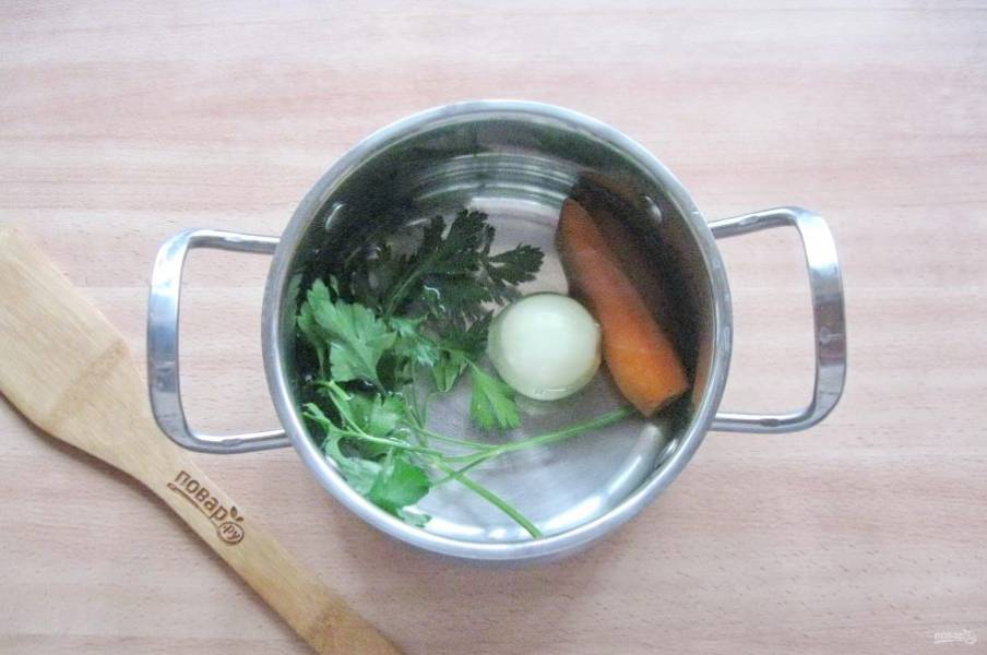 Налейте в кастрюлю воду. Доведите до кипения и варите овощи 15-20 минут.