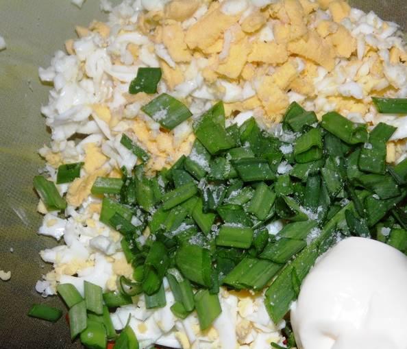 """1. Яйца отварим """"вкрутую"""", дадим им остыть. Затем натираем их на терке, соединяем с измельченным луком и сметаной. Специи, кроме соли, я не брала, но можете добавить."""