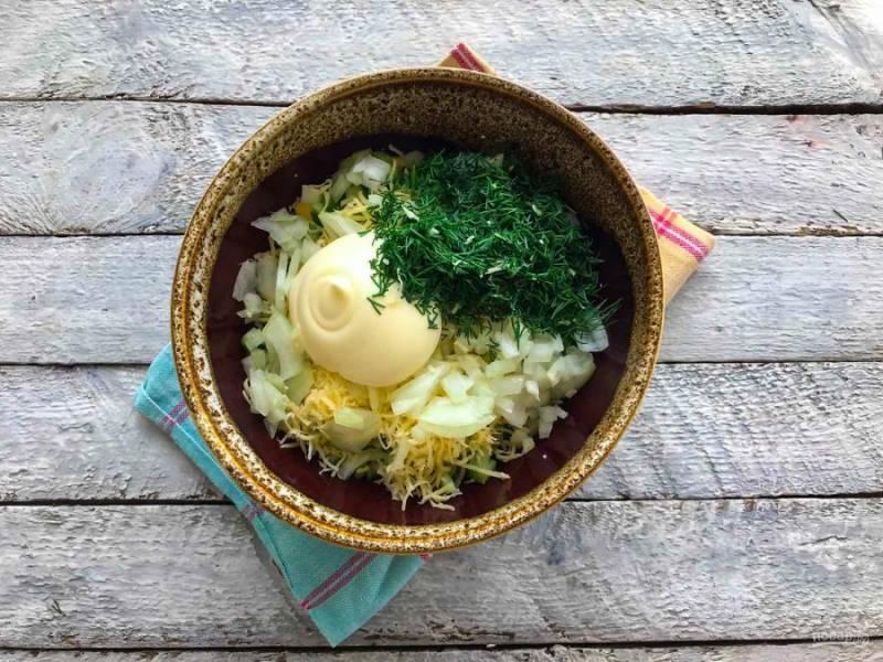 Заправьте салат майонезом, добавьте мелко рубленую зелень и хорошо все перемешайте.