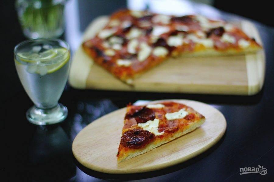Оставьте пиццу на 15 минут при комнатной температуре, а потом уберите её в духовку при 220 градусов на 7 минут. Приятного аппетита!