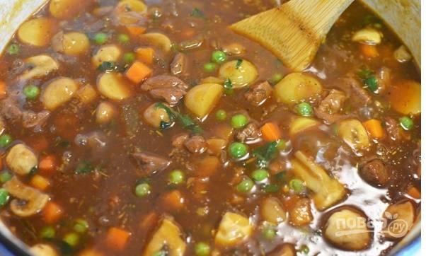 Картошку, морковь помойте, почистите и порежьте четвертинками. Добавьте  в сковороду вместе с зеленым горошком и тушите еще 7-10 минут.