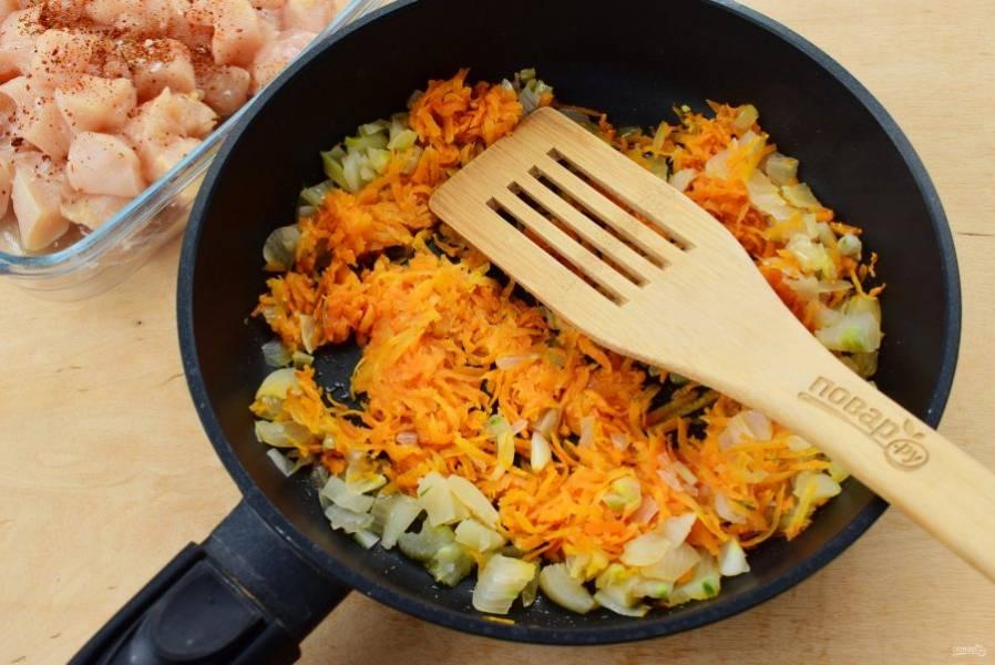 Морковь натрите на крупной терке, лук измельчите. Обжарьте на разогретом оливковом масле до мягкости.