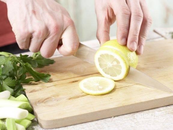 5.Ополосните лимон в горячей воде, затем нарежьте тонкими кружочками.