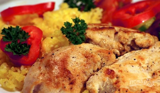 Обжарьте грудку в масле с обеих сторон до румяного цвета. Приятного аппетита!