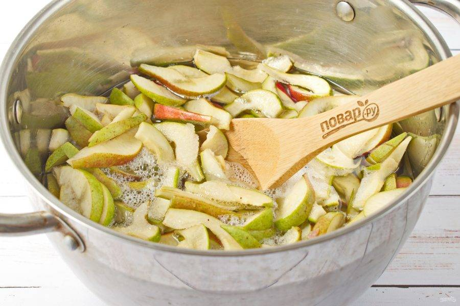 2.Разрежьте их на дольки, семенные коробочки удалите. Нарезанные фрукты поместите в кастрюлю, залейте водой, доведите до кипения, проварите 5 минут. Дайте остыть, слейте отвар. В отвар добавьте сахар, сварите сироп. Добавьте груши, доведите до кипения, варите в течение 30 минут.