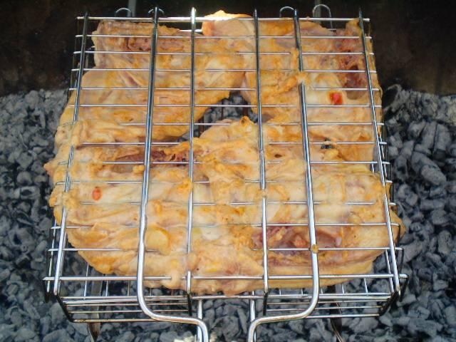 7. Жарим бедра с обеих сторон, периодически переворачивая бедра, чтобы не подгорели. Готовность проверяют надрезом в самом глубоком месте, если выделяется прозрачный сок - мясо готово. Снимите с решетки и подайте к столу. Приятного!