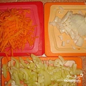 Пока бульон варится, очистите и нарежьте овощи. Лук мелко нашинкуйте, морковь потрите на крупной терке, а болгарский перец порежьте недлинной соломкой.