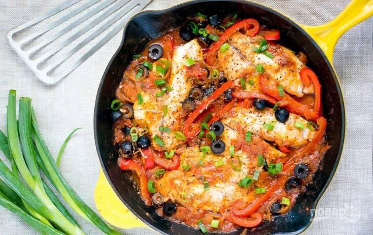 В конце добавьте просоленную и поперчённую рыбу. Тушите блюдо под крышкой 6-8 минут. Всё готово! Добавьте зелень по вкусу. Приятного аппетита!