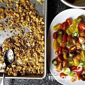 3. Перемешать уксус, оливковое масло, соль, сахар и черный перец в небольшой миске. Полить смесью помидоры.