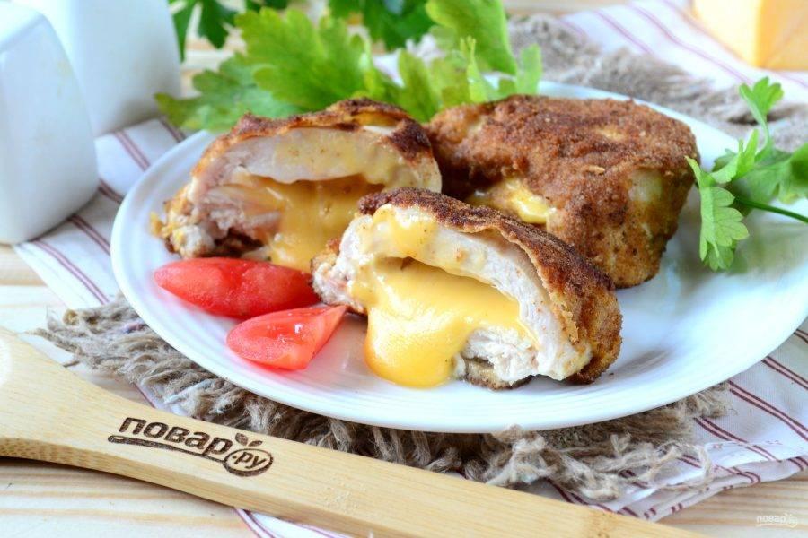 Куриная грудка с начинкой из сыра готова! Перед подачей не забудьте вынуть зубочистки! Подавайте с картофельным пюре или кашами. Деткам это блюдо точно понравится!
