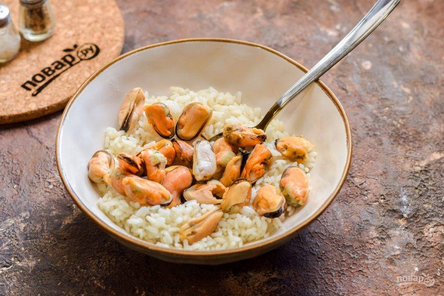Мидии отварите 3 минуты и добавьте к рису.