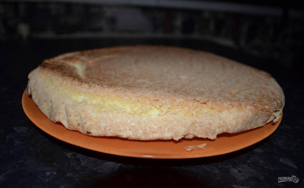 8.Отправляю форму в духовку на 20 минут, после этого достаю бисквит и проверяю его на готовность зубочисткой. Перекладываю выпечку на тарелку, разрезаю на 2 коржа.