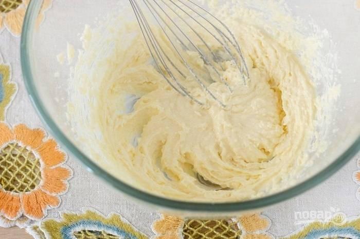Замесите тесто, добавьте в размягченное масло 100 грамм сахара и ванилин, тщательно смешайте.