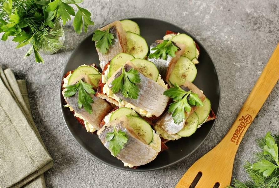 Бутерброды получаются хрустящие и ароматные, а соленая сельдь, яйца и свежий сочный огурец отлично их дополняют. Приятного аппетита!