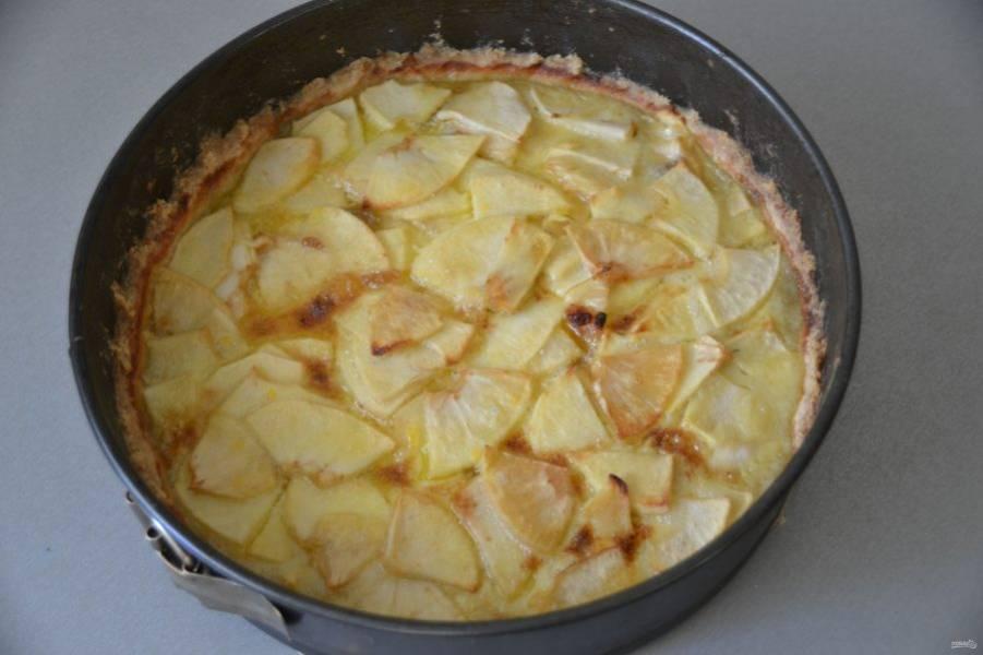 Готовый пирог охладите, аккуратно пройдитесь ножом или кулинарным шпателем вдоль бортиков, чтобы извлечь пирог.