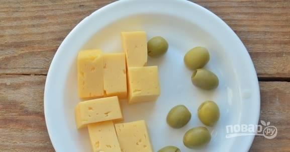 Твердый сыр нарезаем брусочками либо кубиками. Оливки сливаем от сока.