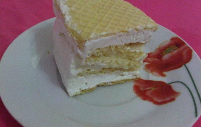 4. По желанию, в мороженое можно добавить фруктовый наполнитель или полить уже готовое мороженое перед подачей. Также можно взять вафельные стаканчики любой формы.