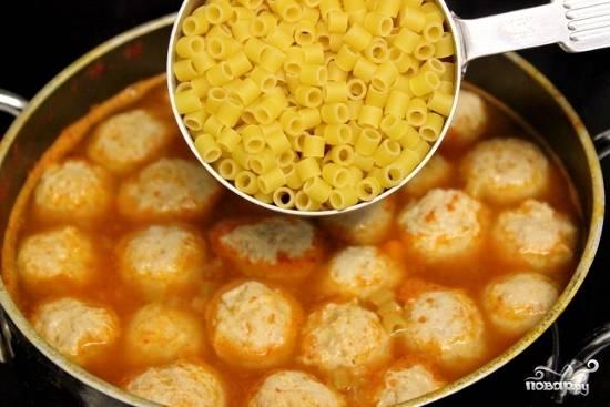 Формируем фрикадельки и кладем в кипящий суп. Затем добавляем макароны и варим до полной готовности. Приправьте солью и перцем по вкусу.