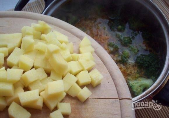 Воду в кастрюле доведите до кипения. Потом добавьте в неё все овощи. Варите их 10 минут.