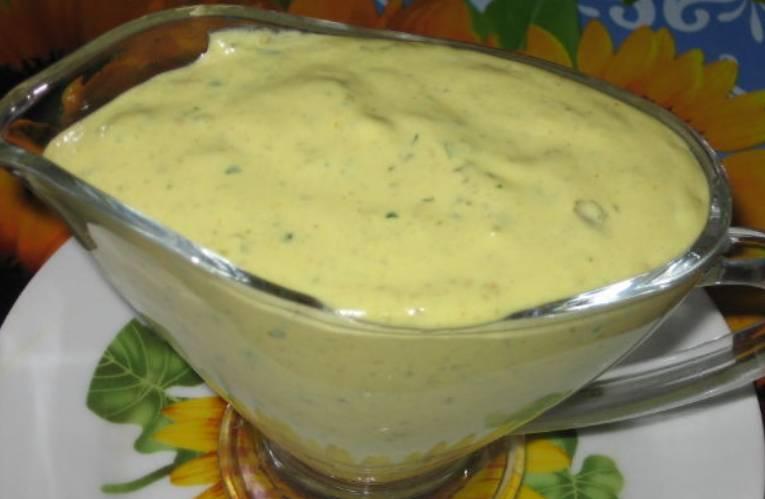 """Приготовим соус """"Тартар"""". Желтки растираем с горчицей, солью, перцем и лимонным соком. Перекладываем смесь в чашу блендера, добавляем порезанные каперсы, лук, петрушку и огурец. Превращаем все ингредиенты в однородную смесь. Соус готов!"""