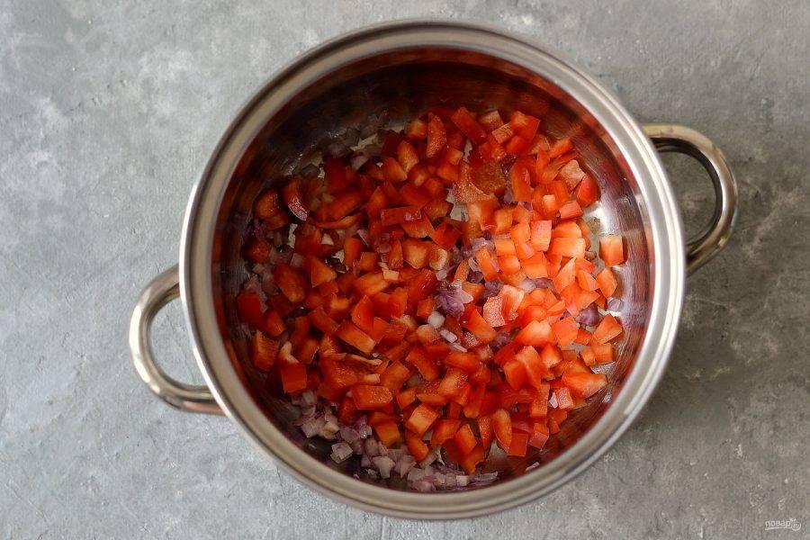 Добавьте болгарский перец и обжаривайте 5-6 минут.