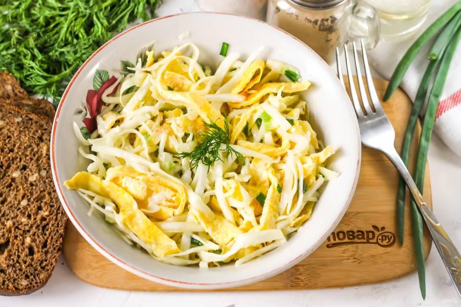 Салат с яичными блинчиками и капустой