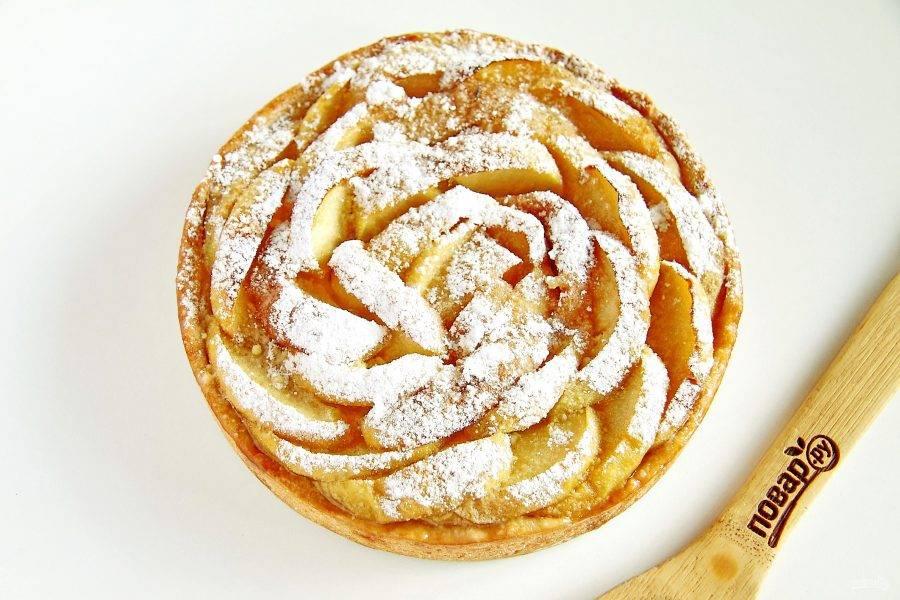 Песочный пирог с яблоками от Юлии Высоцкой готов. Дайте ему остыть, затем аккуратно извлеките из формы и посыпьте по желанию сахарной пудрой. Можно подавать к столу.