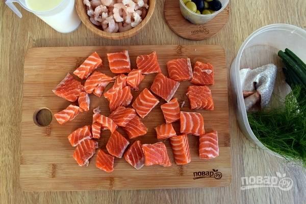 Филе рыбы снимите с кожи, нарежьте на средние кусочки, закиньте в бульон, варите не более 5 минут.