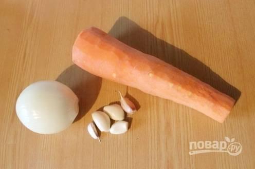 Чистим овощи (лук, морковь, чеснок) и моем стебли сельдерея.