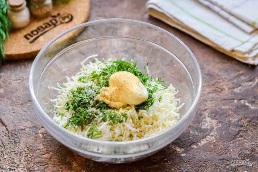 Добавьте к сыру майонез, соль, перец и сухой чеснок. Все хорошо перемешайте до однородности.