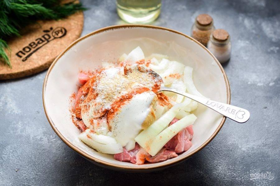 Соедините мясо и лук, добавьте майонез, горчицу, специи по своему вкусу. Хорошо перемешайте все. Если позволяет время, маринуйте мясо час-два.