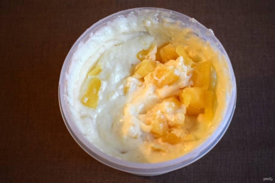 Добавьте кусочки ананаса, перемешайте.