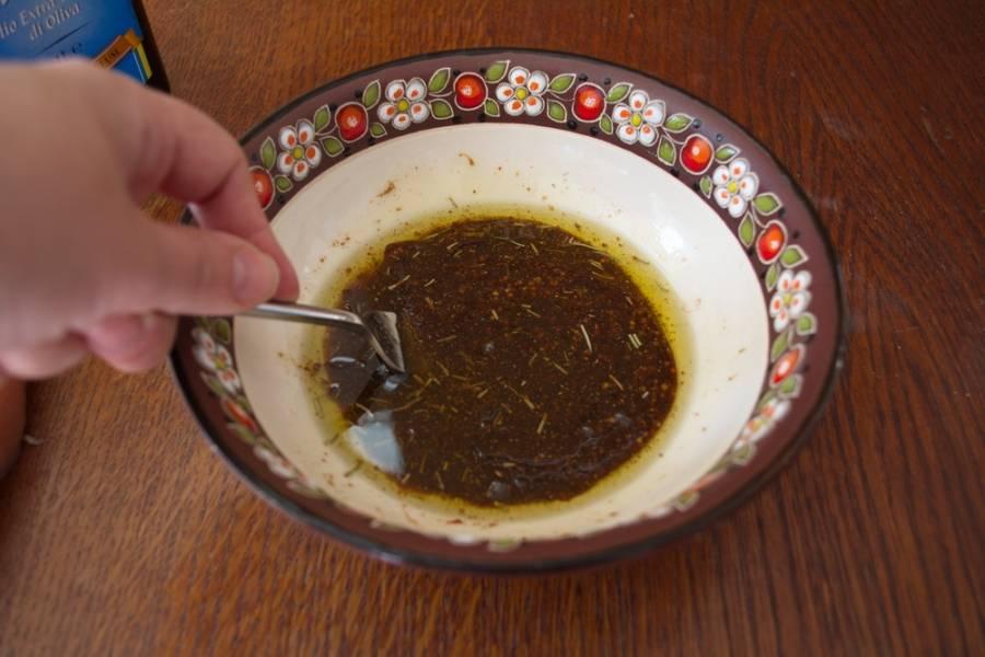 Добавьте соус Ворчестер, соевый соус, выдавите через пресс чеснок, добавьте 1-2 ст. ложки горчицы с зернами. Она не делает маринад острым, но горчичные зерна очень вкусные в печеном виде. Добавьте оливковое масло. Перелейте в более узкую миску, чтоб маринад хорошо покрыл мясо.