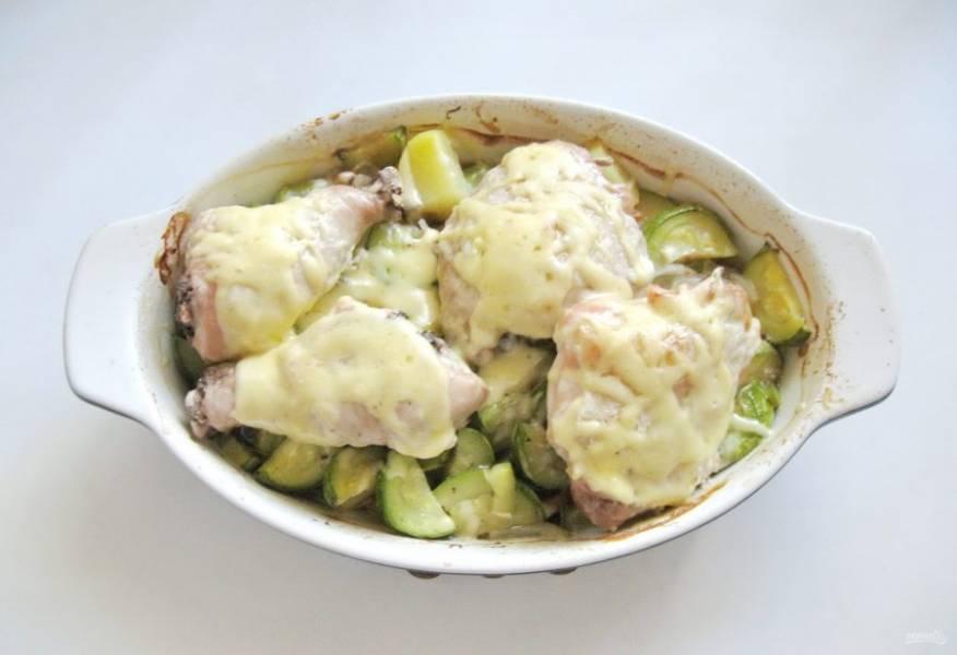 Запекайте курицу с овощами в фольге 40-45 минут. После фольгу снимите и запекайте еще 15-20 минут до готовности. Натрите сыр, посыпьте блюдо сыром и держите блюдо в духовке еще 5 минут, пока сыр не расплавится.
