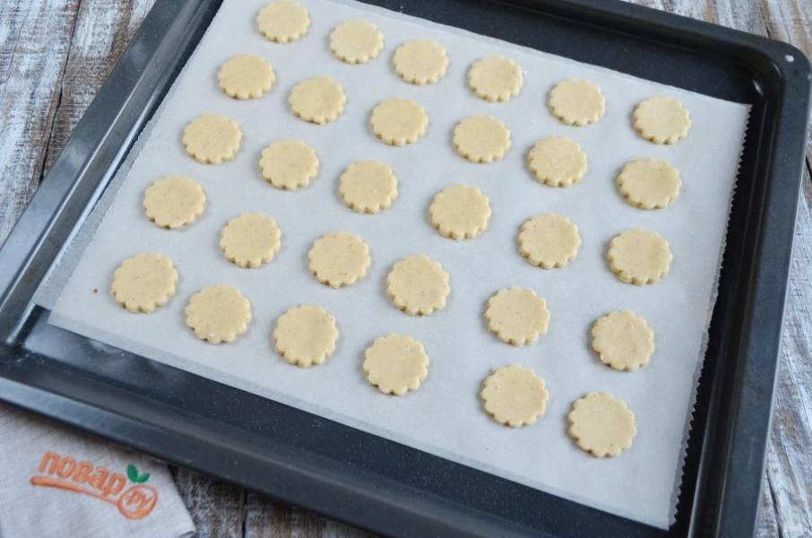 6. Раскатайте тесто толщиной 4 мм. Вырежьте из него круглые печенья диаметром 3 см.