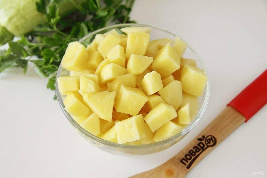 Картофель нарежьте кубиками.