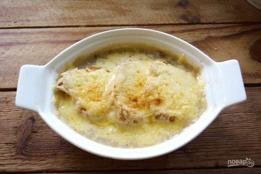 В духовке при 200 градусах тушите суп около 8 минут. Нам нужно слегка растопить сыр.