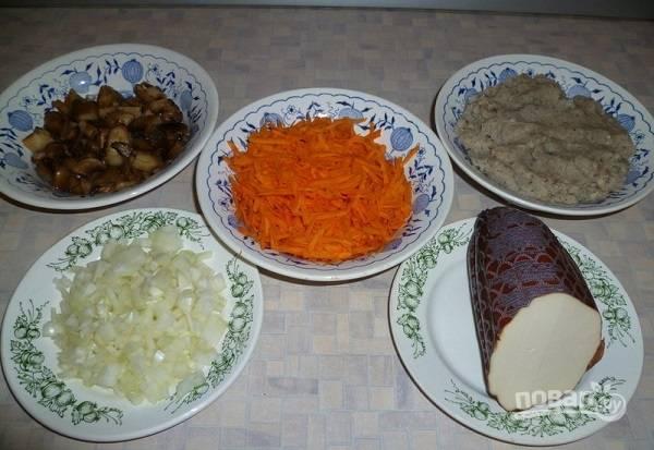 1. Первым делом нужно заняться фаршем. Хлеб замочите в воде или молоке. Пропустите через мясорубку мясо, лук и хлеб. Добавьте по вкусу соль и перец, перемешайте. Очистите лук, нарежьте его мелкими кубиками. Морковь натрите на терке.