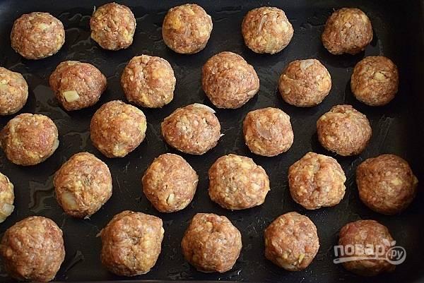 Сформируйте фрикадельки размером с грецкий орех и выкладывайте их в форму для выпечки, слегка смазанную маслом. Запекайте в течение 15 минут.