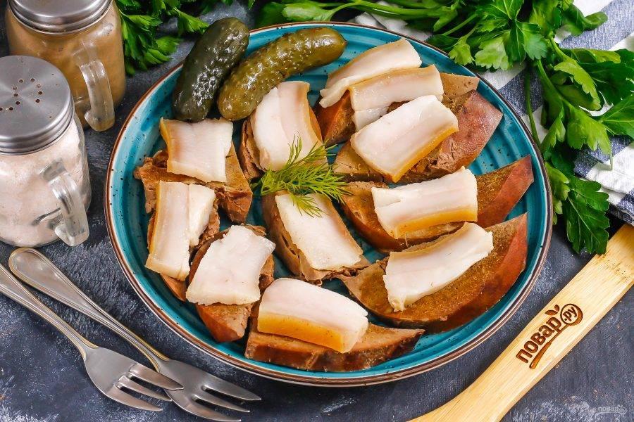 Украсьте по вкусу, выложите нарезанные помидоры или соленые огурцы, корнишоны. Подайте к столу в теплом виде.