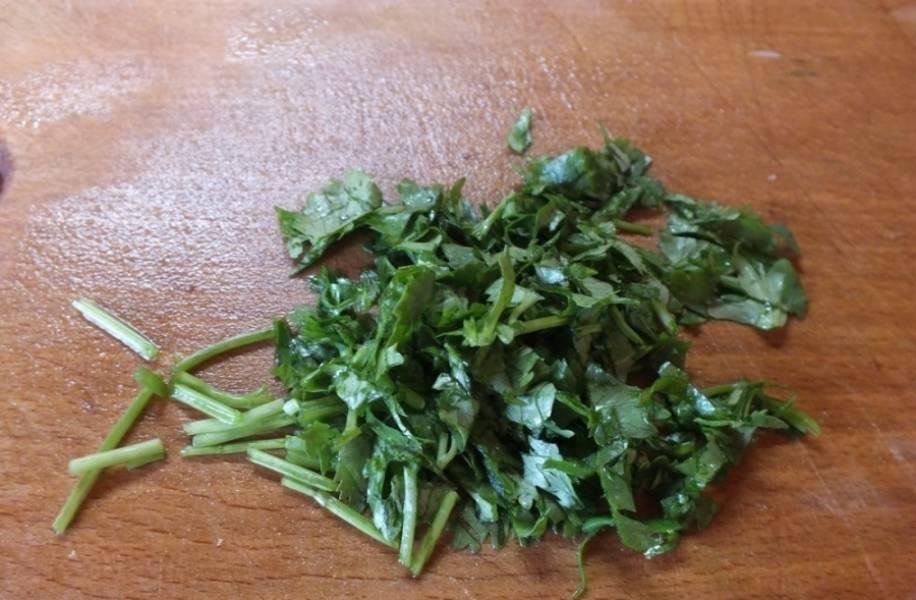 3. Зелень - полноценный ингредиент этого блюда. Ее нужно вымыть, обсушить и измельчить. Лучше всего взять 3-4 вида зелени для вкуса и аромата. В данном случае используется укроп, петрушка и кинза.