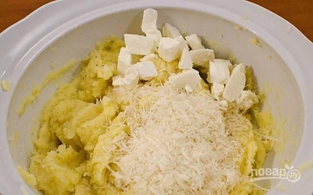 4.Добавьте тертый твердый сыр и несколько кубиков мягкого сливочного сыра. При необходимости добавьте еще пару столовых ложек молока. Хорошо все перемешайте, пока смесь не станет совершенно однородной.