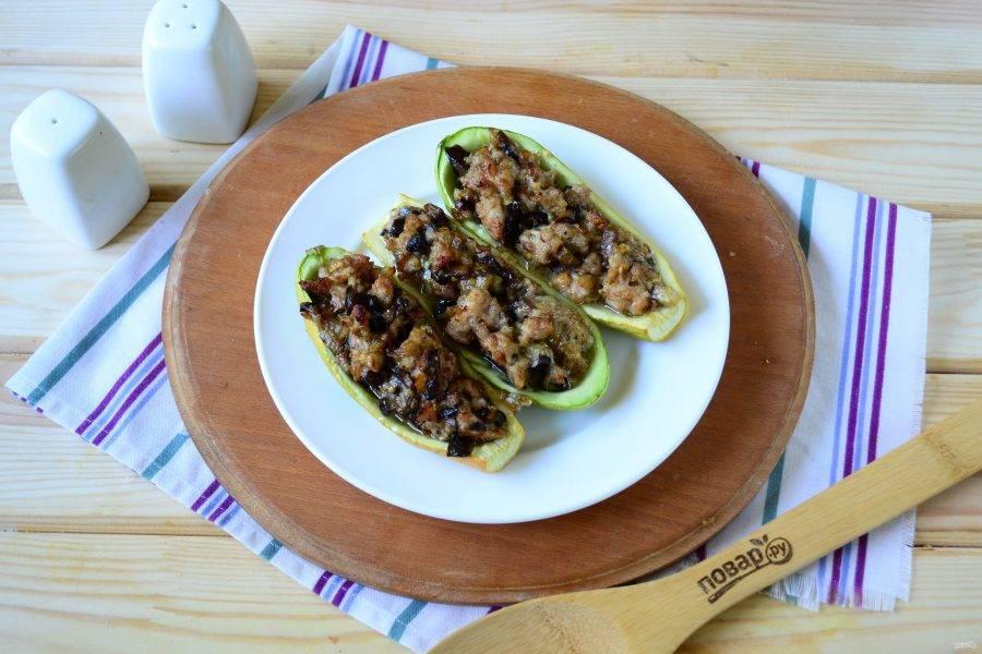 Кабачки, фаршированные баклажаном, готовы. Подавайте горячими в качестве основного блюда или закуски. Кушайте с удовольствием!