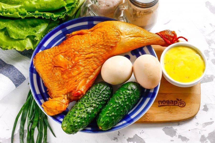 Подготовьте указанные ингредиенты. Можно использовать любую мясную часть копченой курицы.